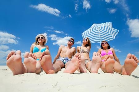 모래 해변에 젊은 사람들
