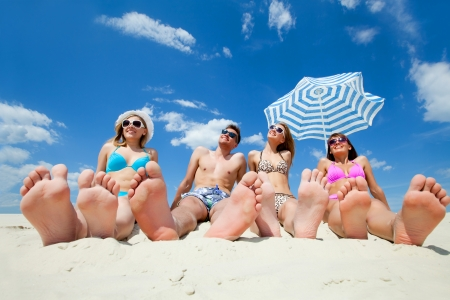 jovenes: los j�venes en la playa de arena