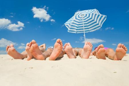 砂のビーチに人間の足