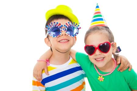 Portret van de kleine zus en leuke broer bij de partij van kinderen