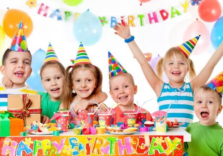 誕生日パーティーで子供たちのグループ 写真素材