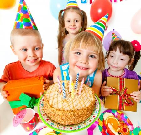 verjaardag ballonen: groep kinderen op verjaardagsfeestje Stockfoto