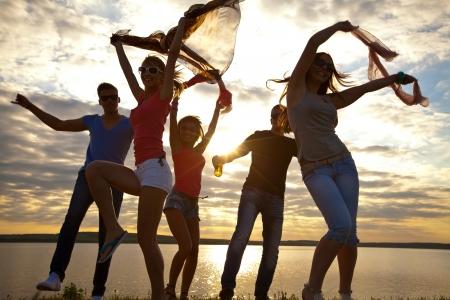 ビーチ パーティーを楽しんで若い人々 の大きいグループ
