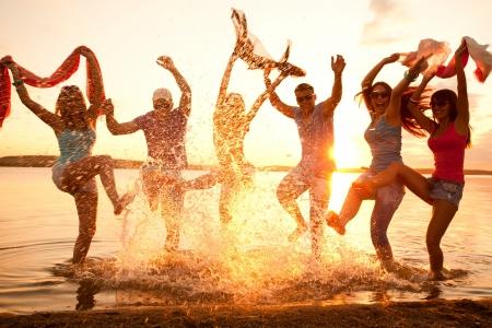 해변 파티를 즐기는 젊은 사람들의 큰 그룹 스톡 콘텐츠