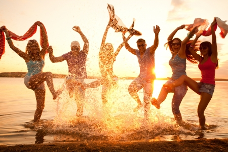 felicidad: Gran grupo de jóvenes disfrutando de una fiesta en la playa Foto de archivo