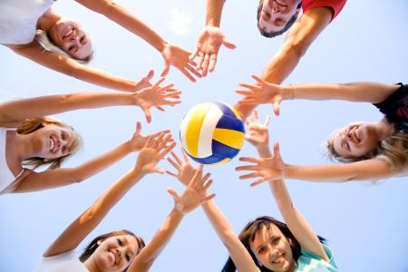 grupo de personas: grupo de j?venes jugando voleibol en la playa Foto de archivo