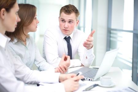 business man laptop: La gente contempor?nea de negocios que trabajan en equipo en la oficina