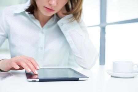 Jeune femme d'affaires tenant une tablette numérique