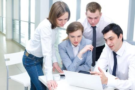 Gens d'affaires contemporains travaillant en ?quipe dans le bureau