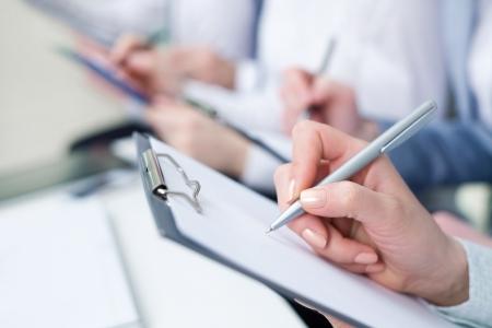 Gros plan sur les mains de l'homme d'écriture affaires en papier Banque d'images