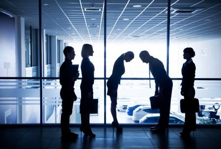 personas saludandose: Varias siluetas de los empresarios interactuar centro de negocios fondo Foto de archivo