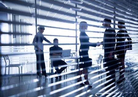 Mehrere Silhouetten von Gesch?ftsleuten Interaktion Hintergrund Business Center Lizenzfreie Bilder