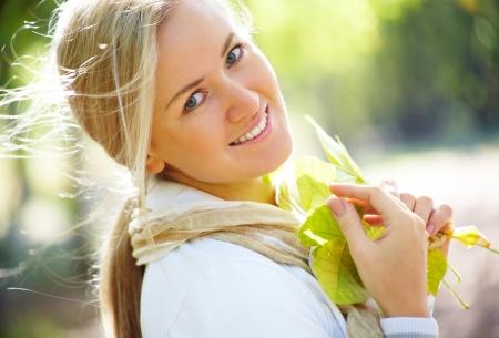 Portret pi?knej kobiety blondynka w parku jesieni?