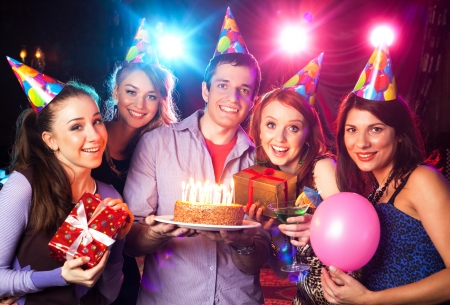 축하: 쾌활 한 젊은 회사는 나이트 클럽에서 생일을 기념