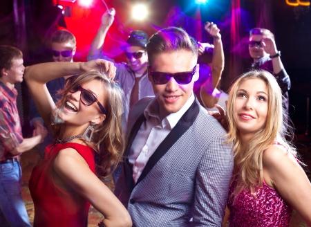 noche: Grupo de jóvenes bailando en la discoteca Foto de archivo