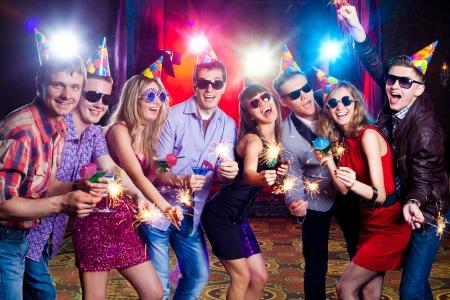 쾌활 한 젊은 회사는 나이트 클럽에서 기념