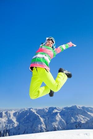 Jeune femme jouir du repos sur vacances de ski dans les montagnes Banque d'images