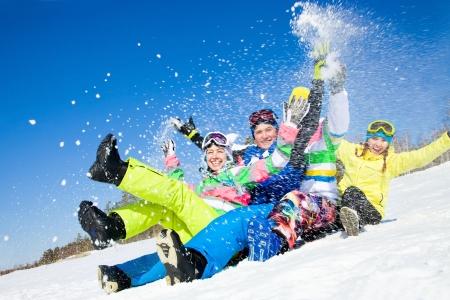 groep van grappige vrienden glijden afdaling samen op vakantie in de bergen