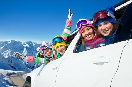 groep vrienden reizen met de auto op vakantie naar de bergen Stockfoto