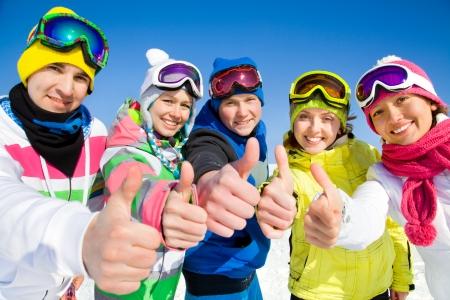 Groupe de jeunes gens en vacances de ski dans les montagnes