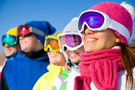 산에서 스키 휴일에 젊은 사람들의 그룹