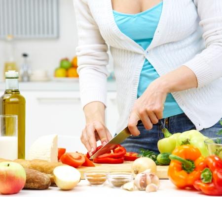 양분: 부엌에서 건강한 저녁 식사를 요리하는 여성의 손 스톡 콘텐츠