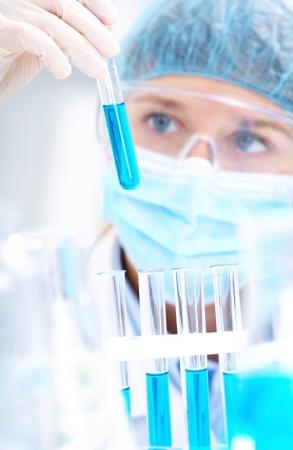 Chercheur médical ou scientifique ou un médecin à l'aide à la recherche à une solution dans un laboratoire Banque d'images
