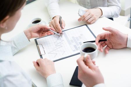 Mains de gens d'affaires à la table lors de la réunion dans le bureau. vue de dessus Banque d'images