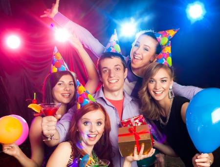 celebracion: empresa joven alegre celebra su cumpleaños en un club nocturno Foto de archivo