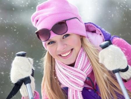 Portrait de jeune femme blondy avec le ski en hiver Banque d'images