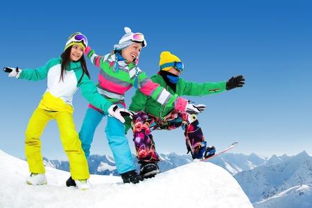 groupe de snowboarders glisse de la mountaint long de la route extrême Banque d'images