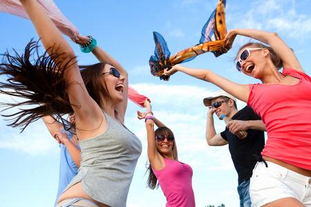 ragazze che ballano: Grande gruppo di giovani godendo di una festa in spiaggia Archivio Fotografico