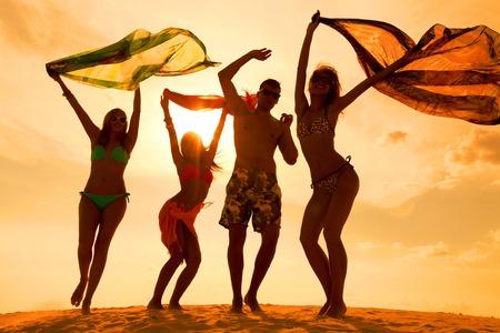 Grand groupe de jeunes gens bénéficiant d'une fête sur la plage