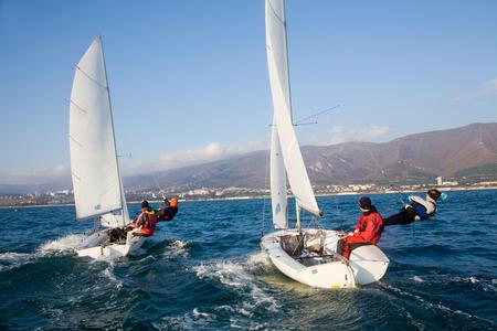 Competindo o veleiro no mar em um dia ensolarado