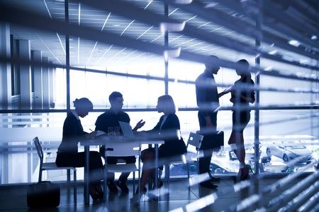 Plusieurs silhouettes de gens d'affaires interagir centre d'affaires de fond Banque d'images - 27439683