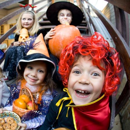 treats: curva de los niños se enfrenta en traje de hadas en fiesta de Halloween