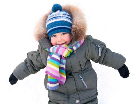 ropa de invierno: Retrato del niño pequeño en ropa de invierno al aire libre en invierno