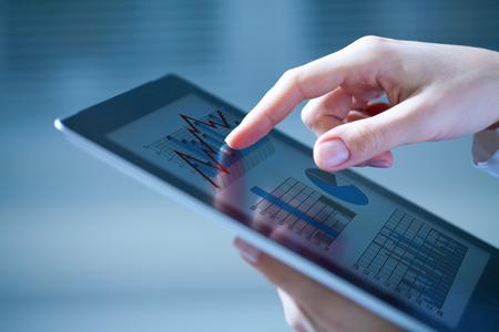 비즈니스 다이어그램과 디지털 태블릿을 터치 여성 손의 근접