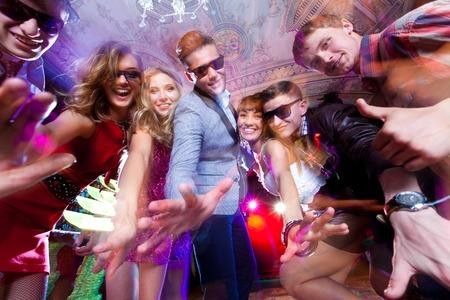 people dancing: Gruppo di giovani che hanno ballare divertirsi alla festa.