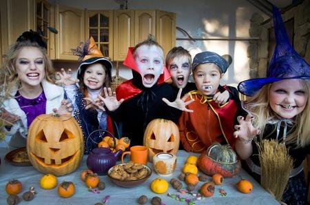 treats: curva de los niños se enfrenta en traje de hadas de vacaciones de Halloween