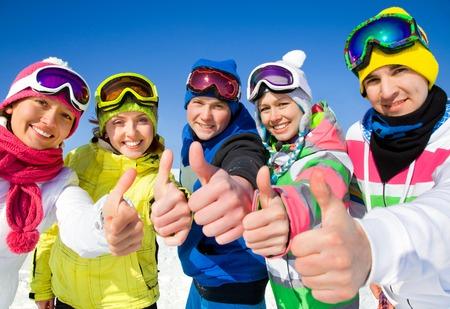 Groupe de jeunes sur les vacances de ski dans les montagnes Banque d'images - 36626045
