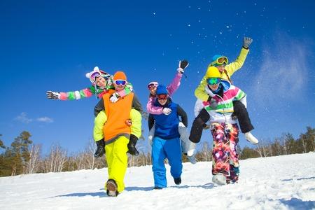 snowballs: gruppo di amici hanno un buon tempo in stazione invernale Archivio Fotografico