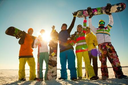 persona viajando: Grupo de gente joven con el snowboard en vacaciones en la nieve en las monta�as