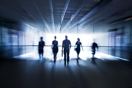 gestion empresarial: Varias siluetas de hombres de negocios que interact�an fondo de la oficina