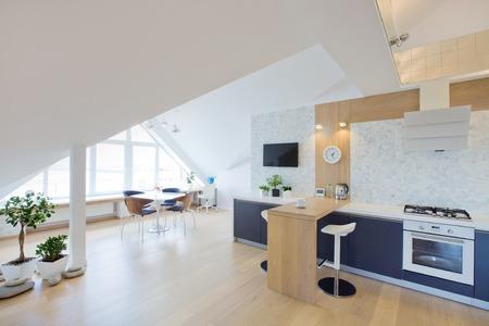 moderno luce interiore di un grande appartamento in mansarda