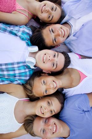grupo de adolescentes que pasan tiempo juntos