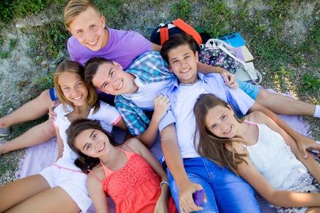 adolescente: grupo de adolescentes que pasan tiempo juntos