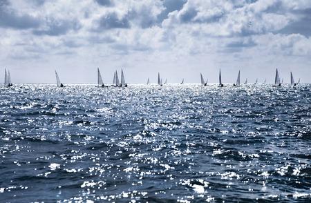 bateau voile: beau paysage de la mer avec de nombreux voiles à l'horizon Banque d'images