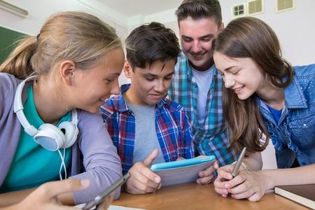 közlés: csoport fiatal tanulók az osztályteremben tabletta