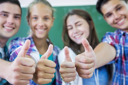 jovenes estudiantes: grupo de adolescentes que muestran gesto OK